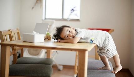 兒童書桌推薦成長書桌推介台灣製實木書桌高度選購指南文章小朋友趴在桌上的照片