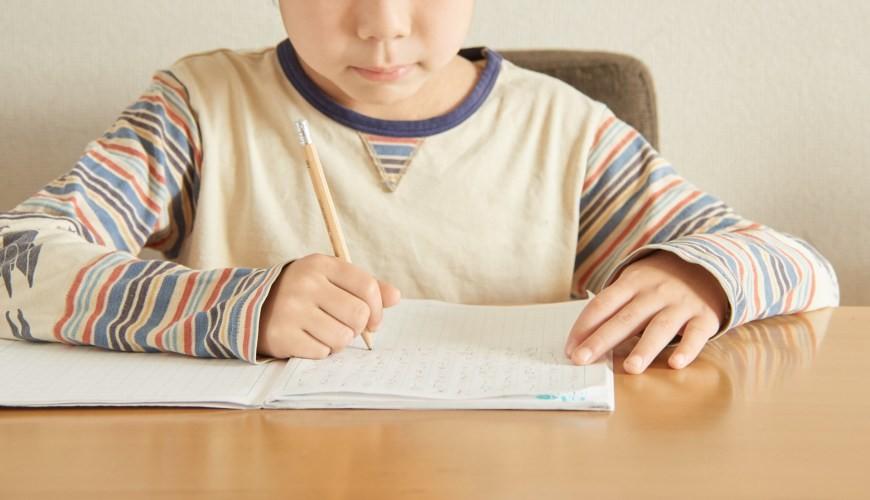兒童書桌推薦成長書桌推介台灣製實木書桌高度選購指南文章小朋友在書寫