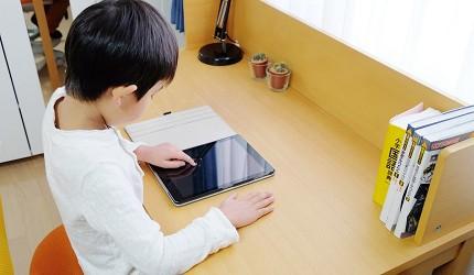 兒童書桌推薦成長書桌推介台灣製實木書桌高度選購指南文章鳥瞰小朋友在使用平板電腦
