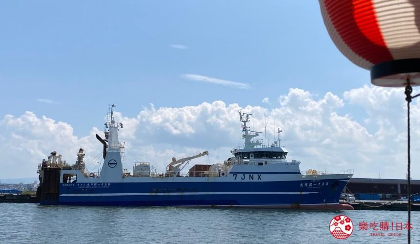 青森縣八戶屋形船沿途可見大型造船廠