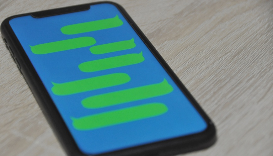 日語的「もしもし」文章:智慧型手機與 LINE 形象示意圖